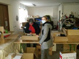 Die Helferinnen und Helfer alle Hände voll zu tun, Jacken, Hosen, Socken und Schuhe, wie auch Hygieneartikel entgegenzunehmen