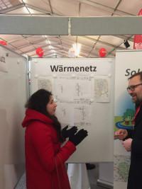 Stellvertretende Ortsvereinsvorsitzende Daniela Gräßle informiert sich über die Pläne zum Wärmenetz.