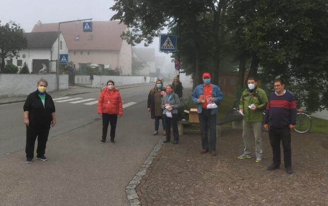 Ein halbes Dutzend SPD-Aktive beteiligten sich unter Leitung von Daniela Gräßle an der Verteilaktion vor der FUGS.